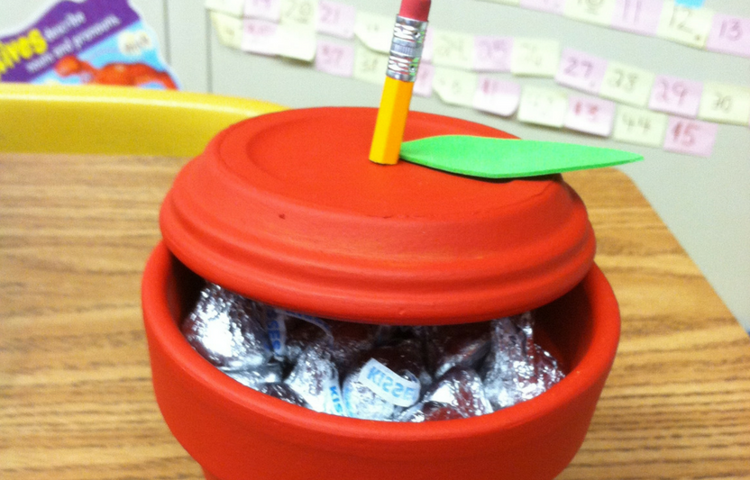 Turn a flowerpot into a handy apple to use as desktop storage.
