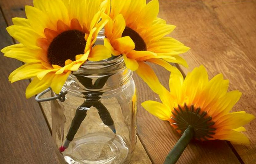 Take an ordinary pen and transform it into something beautiful—a bouquet of flowers!